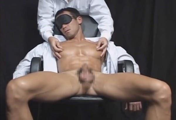 目隠しをされたマッチョリーマンが、乳首を責められるとちんこをビクビクと動かして感じる