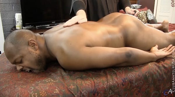 ぽっちゃり体型の黒人がアナルにバイブを挿れられて、前立腺を刺激され声を上げて感じる