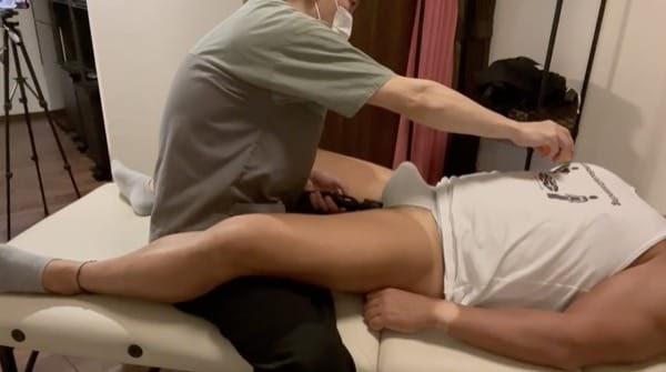 筋肉隆々のガチムチ野郎の股間に電マをあて乳首をおもちゃで刺激して勃起させる