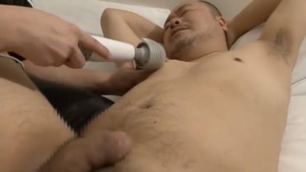 ガチムチ中年ハゲ親父が乳首を電マで責められチンポを大きくさせて感じてしまう