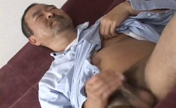 中年親父が乳首をいじりながらおナニーを披露する