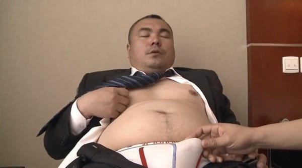 スーツを着た男らしい顔立ちの中年親父の股間をブリーフの上からさするとギンギンに勃起させる